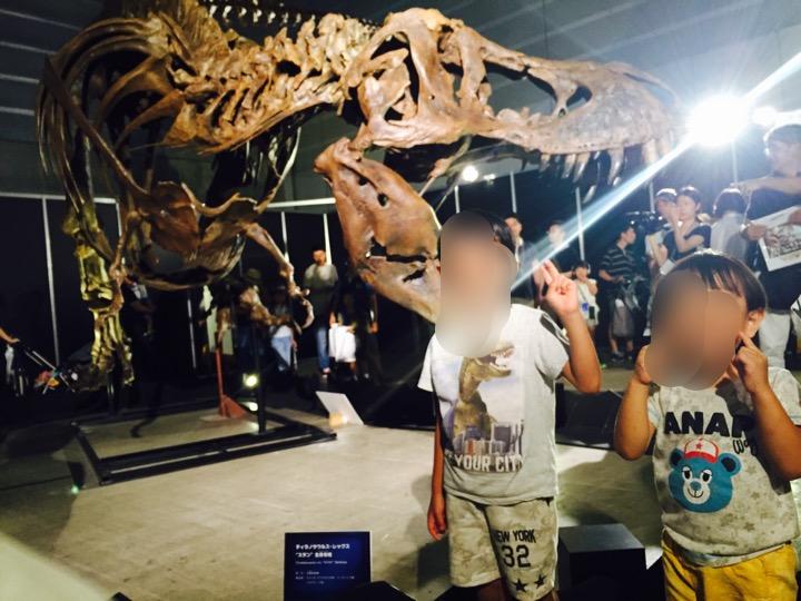 ティラノサウルスの恐竜展と子供の写真