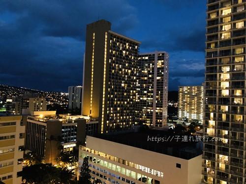 ハワイの子連れホテルの夜景写真